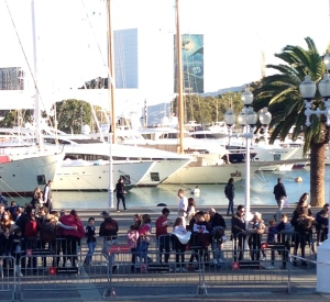 Crowds wait at BCN marina for arrival of Three Kings